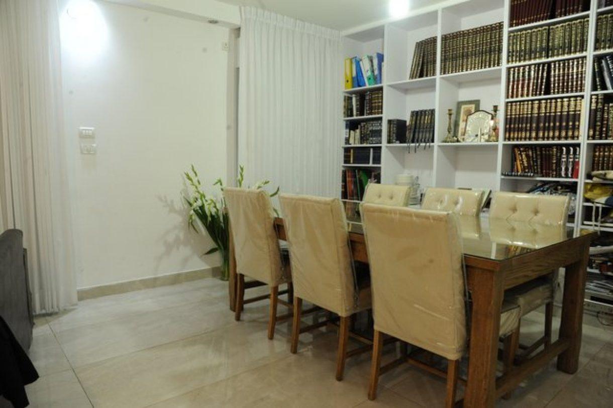 וילונות קפלים וזברה בדירת מגורים בירושלים